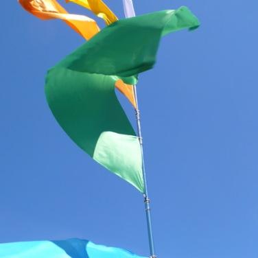 Nicola Toffolini, Il vento fa il suo giro, 2011. Metallo cromato, plastica, gomma, tessuto per bandiera. h. 600 cm