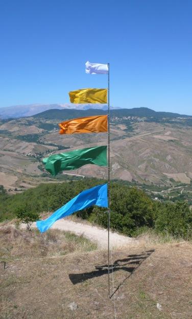 Il vento fa il suo giro, 2011. Metallo cromato, plastica, gomma, tessuto per bandiera. h. 600 cm