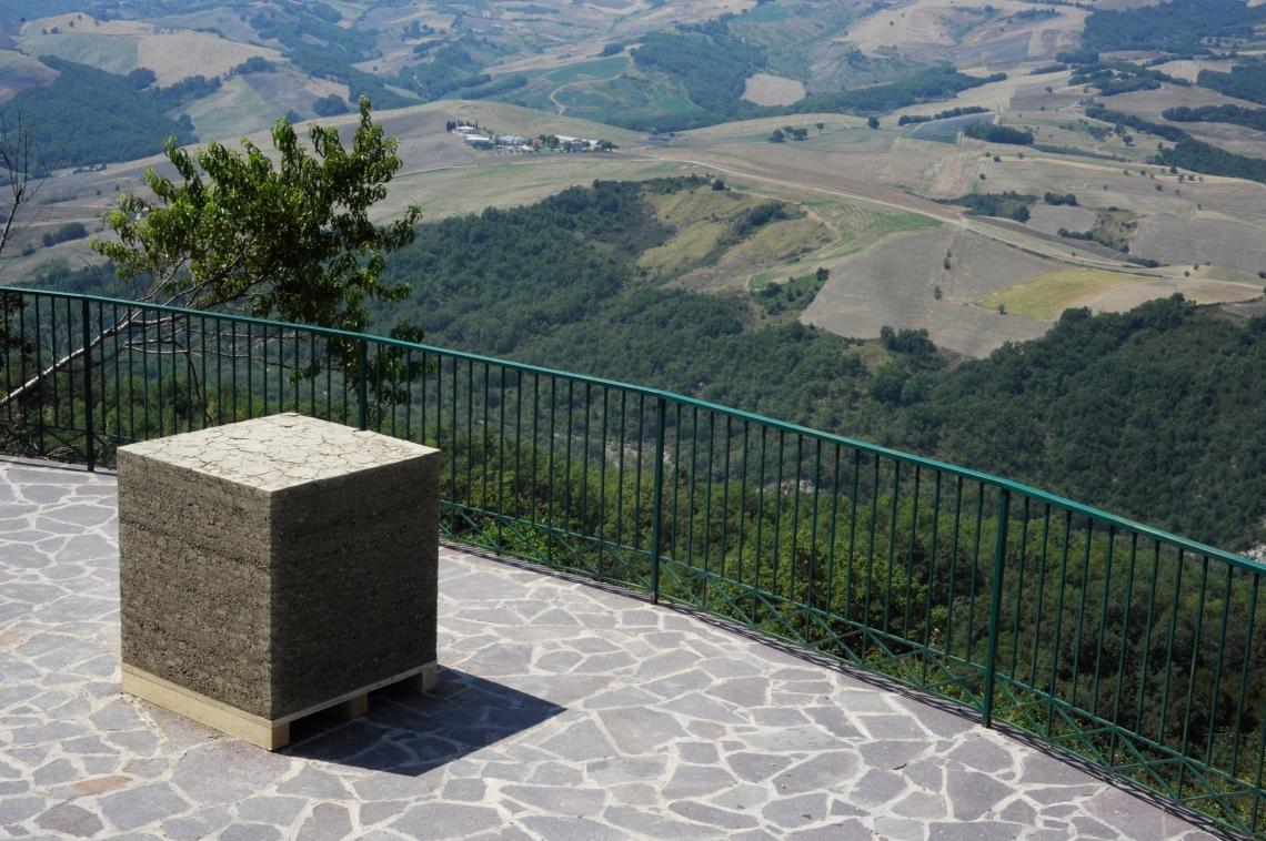 Emanuela Ascari, Luogo Comune, terra, 1x1x1 m, Guilmi, 2012