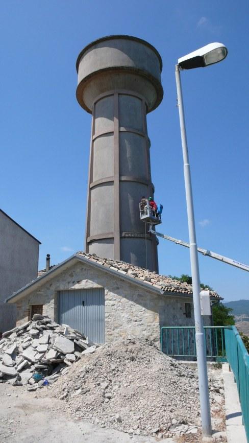 Materiale da costruzione del manto stradale nella piazzetta antistante la torre dell'acqua durante il montaggio di Solido alle Intemperie