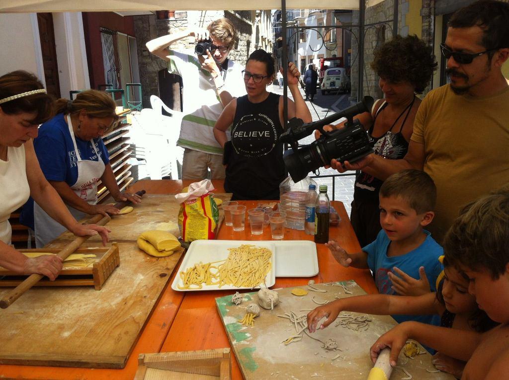Le donne  guilmesi partecipano alla realizzazione del buffet grazie all'intercessione della Proloco