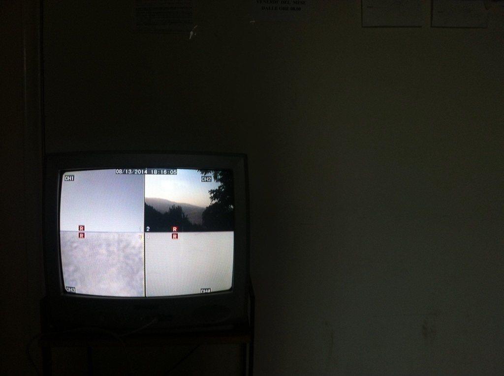 L'istallazione di Juan Pablo Macias al Poliambulatorio di Guilmi, con televisore da MS. Photo credits: Alessandra Poggianti