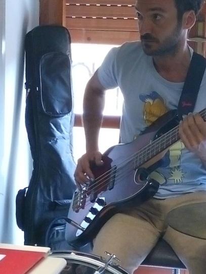 Sergio Trincali si appresta a suonare durante L'Amore ai Tempi di Guilmi