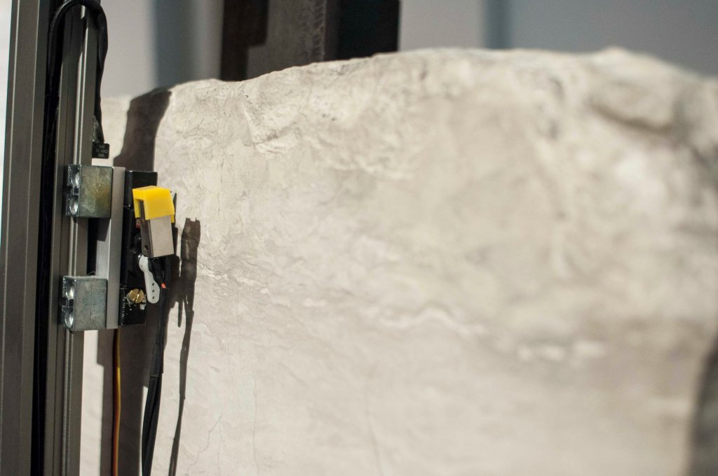 Articolazioni Oltre il Linguaggio, la materia ed il suo ritmo, Installazione sonora, 5m, 2013-2014, Pietra sedimentaria, ferro, puntina di giradischi, materiali vari, casse ed amplificatore, 155 x 45 x 65 cm