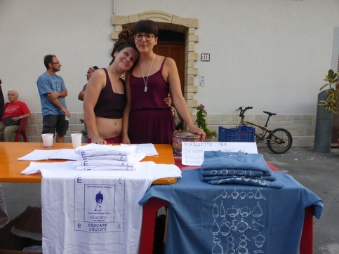 Daniela e Simona indispensabili con il tesseramento 2015 a GuilmiArtProject, durante l'inaugurazione di Avanzi di Elena Mazzi