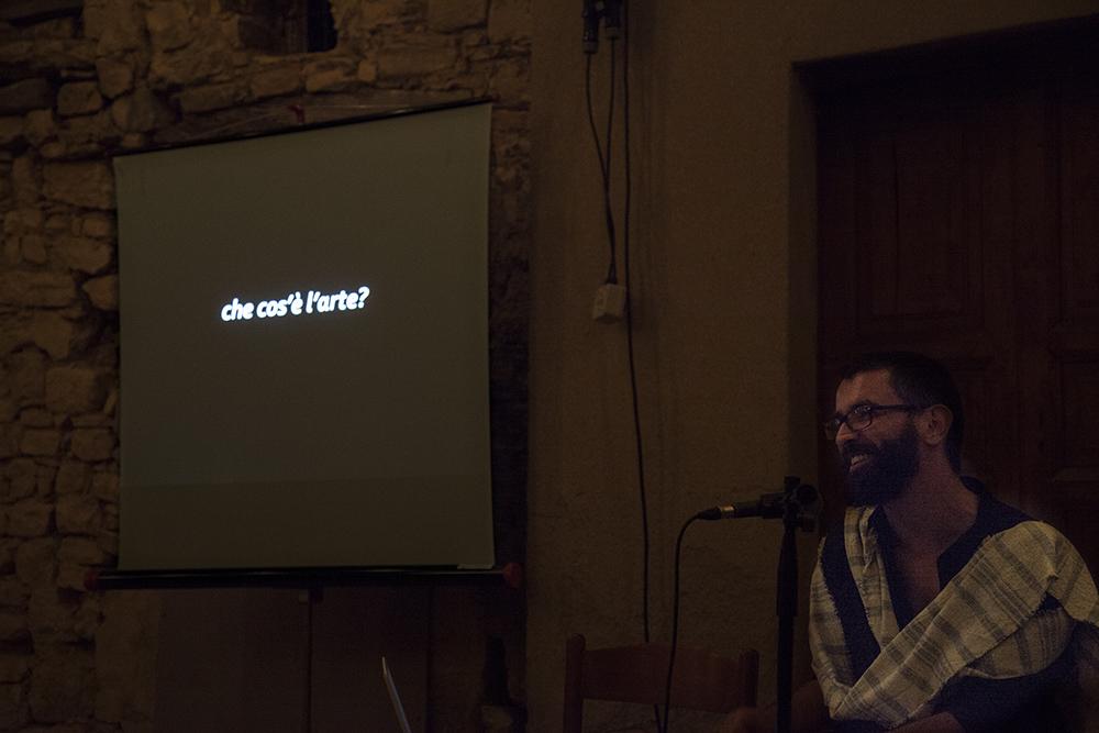 Una delle domande poste da Pietro Gaglianò durante la Nuova Didattica Popolare a GuilmiArtProject 2015, nella piazzetta dell'istallazione de La cultura del rispetto di Matteo Coluccia