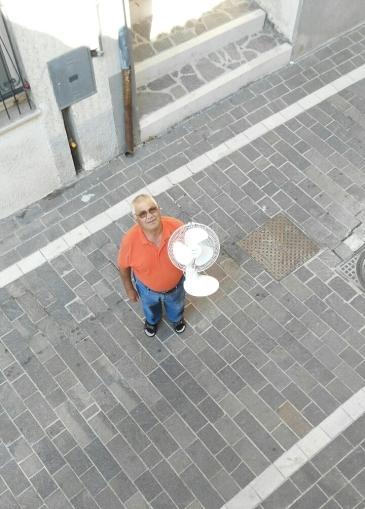 Un altro Matteo, questa volta guilmese, consegna a domicilio un ventilatore per partecipare al progetto di Matteo Coluccia
