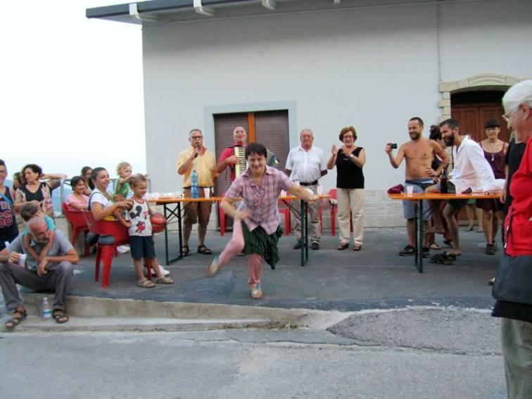 Avanzi, ultima tappa della presentazione di fronte al bar Il Pino © Emanuela Ascari
