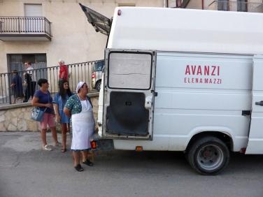 Avanzi, ultima tappa della presentazione di fronte al bar Il Pino © Andras Calamandrei