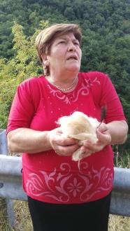 """Teresa con i suoi oggetti taumaturgici, lana di pecora e penna di gallina nera per """"La frana bellissima"""", Avanzi, backstage"""
