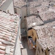Dina dalla torre campanaria, sulle scale della casa di nonna Lucia © Matteo Coluccia
