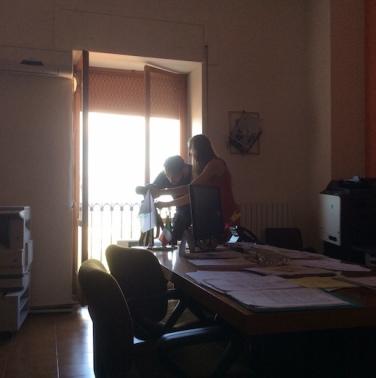 Cosimo Veneziano e Matilde Martino fotografano nell'ufficio del sindaco. Foto Lucia Giardino