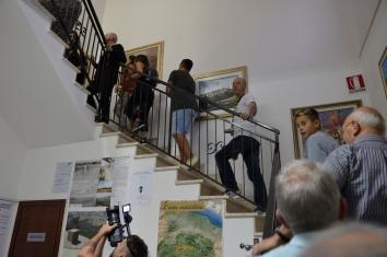 Inaugurazione mORALE. Al Comune di Guilmi, la scalinata verso gli uffici al piano superiore. Foto Matilde Martino