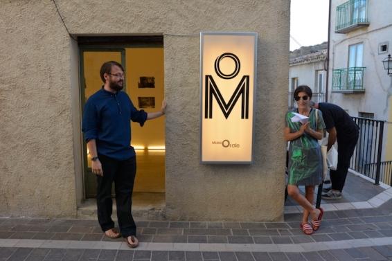 Svelamento dell'insegna all'inaugurazione di mORALE di Cosimo Veneziano. Foto: Matilde Martino