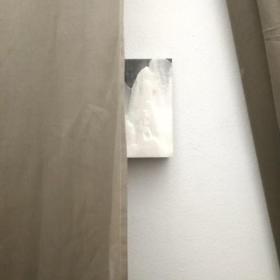 Fabrizio Prevedello, bassorilievo con il monte Altissimo (Alpi Apuane, Carrara) in marmo scolpito su due frammenti di lastre di recupero incollate fra loro