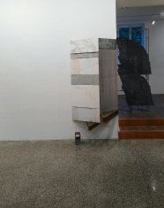 Fabrizio Prevedello, Senza titolo (195), 2017. Ferro, marmi, cm 205x97x69. In secondo piano: Senza Titolo (169) 2017. Ferro, marmo Verde Alpi, legno, cm 220x105x46