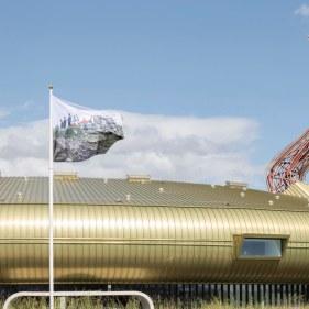 Istallazione della bandiera di Avanzi di fronte al Centro d'arte contemoranea Luigi Pecci, Prato, 14-21 maggio 2020