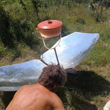 Il forno solare alla Repubblica delle Patate per la preparazione del pranzo all'aria aperta